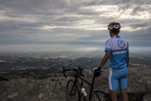 Radfahrer bewundert die Aussicht auf San Marino