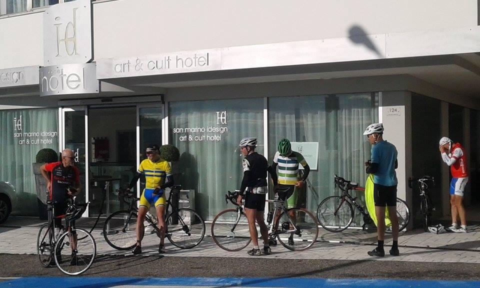 Radfahrer vor dem Sanmarino idesgn Hotel Sa