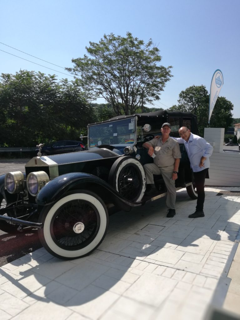 Rick Brown e la sua Springfield Silver Ghost Rolls Royce del 1923 fanno tappa all'iDesign Hotel durante il World Tour