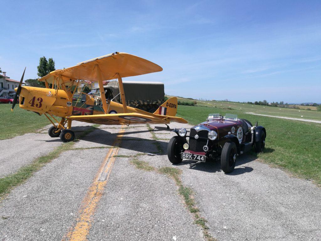 il Tiger e la Riley del '36 si sfidano sulla pista di Torraccia